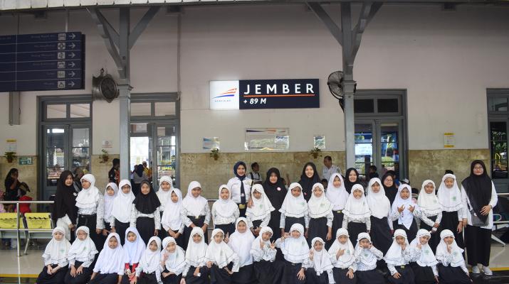 Sesi Foto Bersama di Depan Stasiun Jember