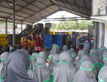 Anak-anak sedang mendengarkan arahan dan perwakilan Mitra Tani 27