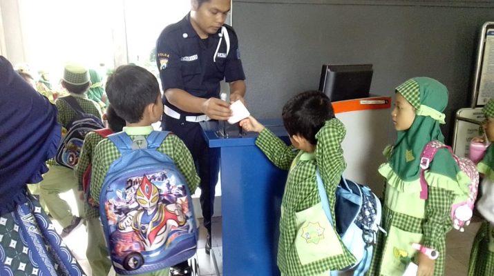 Anak-anak sedang mengantri tiket