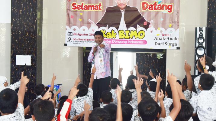 Anak-anak sedang mengacungkan tangan menjawab pertanyaan Kak Bimo