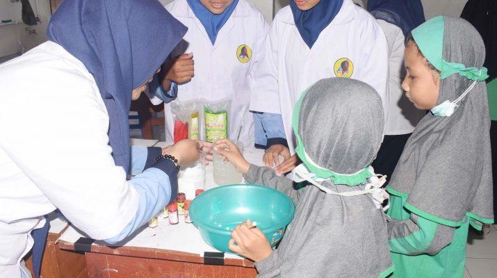 Anak-anak sedang belajar membuat sabun cair