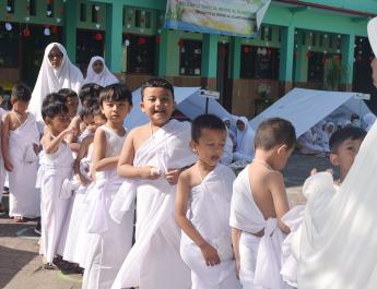 Anak-anak sedang melaksanakan Thawaf