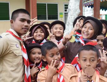 Anak-anak sedang membawa medali