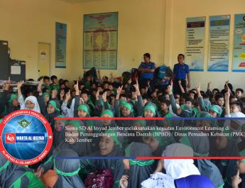 Anak-anak mendengarkan arahan dari salah satu pegawai PMK