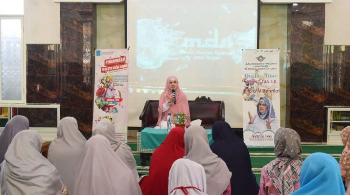 Astrie Ivo sedang mengisi materi dalam acara Quality Time di Al Irsyad Al Islamiyyah Jember